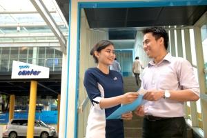 CSO Garda Center memberikan polis Asuransi Mobil Garda Oto kepada customer