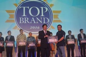 Gunawan Salim, Chief Marketing Officer Retail & Helath Business Asuransi Astra (kanan) berfoto saat menerima penghargaan Top Brand untuk Garda Oto