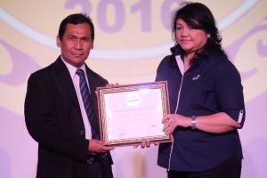 Chief Corporate Service Officer Asuransi Astra, Ida R. M. Sigalingging menerima penghargaan Service Quality 2016 di Jakarta