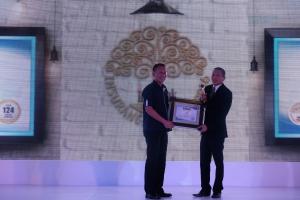 Leonard W. S. Siregar (Chief Financial Asuransi Astra) secara langsung menerima penghargaan Golden Trophy dalam acara Infobank Insurance Awards 2016