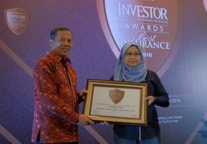 SVP Digital Channel Asuransi Astra, Lusi Liesdiani menerima penghargaan dari Investor Best Insurance Awards