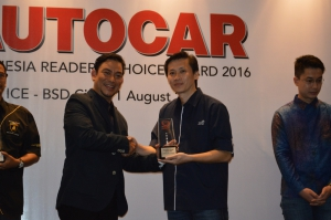 Adrianto, SVP Business Management Asuransi Astra saat menerima Autocar Indonesia Reader's Choice Award