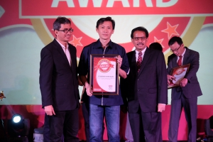 Adrianto, SVP Business Management Asuransi Astra saat menerima Marketing Award 2016