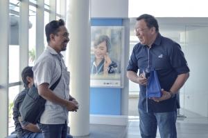Chief Marketing Officer - Retail Business Asuransi Astra, Gunawan Salim memberikan layanan langsung pada pelanggan di kantor cabang TB Simatupang Jakarta