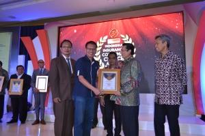 Leonard W. S. Siregar menerima Indonesia Insurance Consumer Choice Award dari Fadel Muhammad