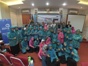 Foto bersama peserta dan manajemen Asuransi Astra serta Kepala Kecamatan Coblong Bandung