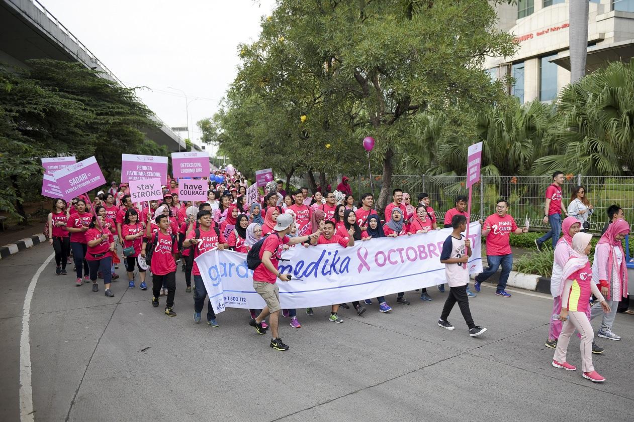 Karyawan Asuransi Astra mengikuti parade Jakarta Goes Pink