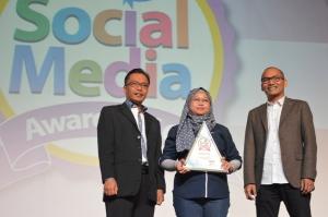 Lusi Liesdiani, SVP Digital Channel Asuransi Astra (tengah) saat menerima penghargaan Social Media Award kategori Asuransi Mobil