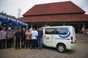 Manajemen Asuransi Astra, ALIF, dan Pengurus DKM Masjid Agung Banten berfoto bersama dengan unit ambulans Asuransi Astra Syariah