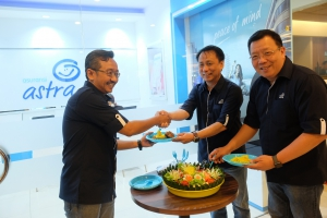 CEO Asuransi Astra, Santosa (tengah) dan CMO Asuransi Astra, Gunawan Salim (kanan) meresmikan Garda Center ke-19 di Batam, 15 September lalu