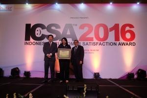 Chief Corporate Services Officer Asuransi Astra, Ida RM Sigalingging (tengah) mewakili Garda Oto untuk menerima ICSA 2016