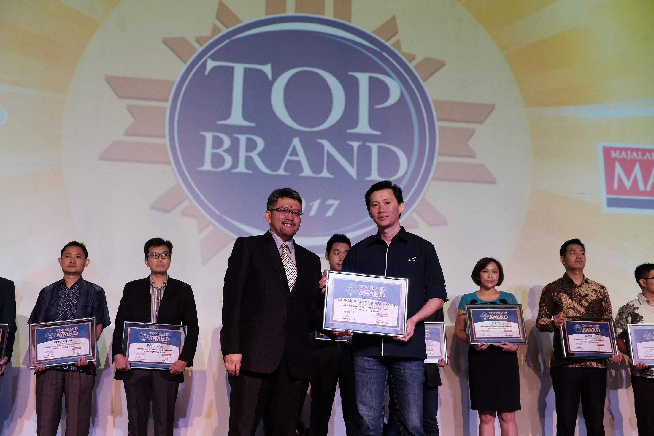 Adrianto, SVP Business Management Asuransi Astra (kanan) mewakili Asuransi Astra menerima penghargaan Top Brand 2017