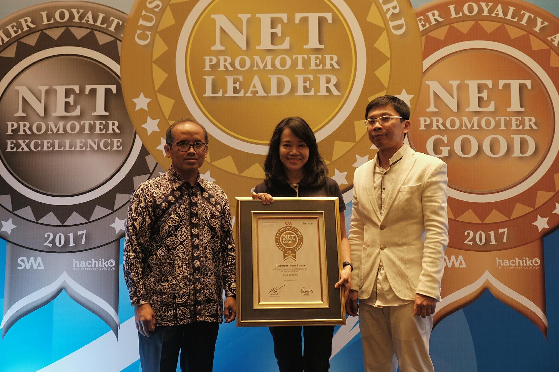 Fransisca Mulia, VP Service Management Asuransi Astra (tengah) berkesempatan menerima Net Promoter Award 2017 dari Majalah SWA