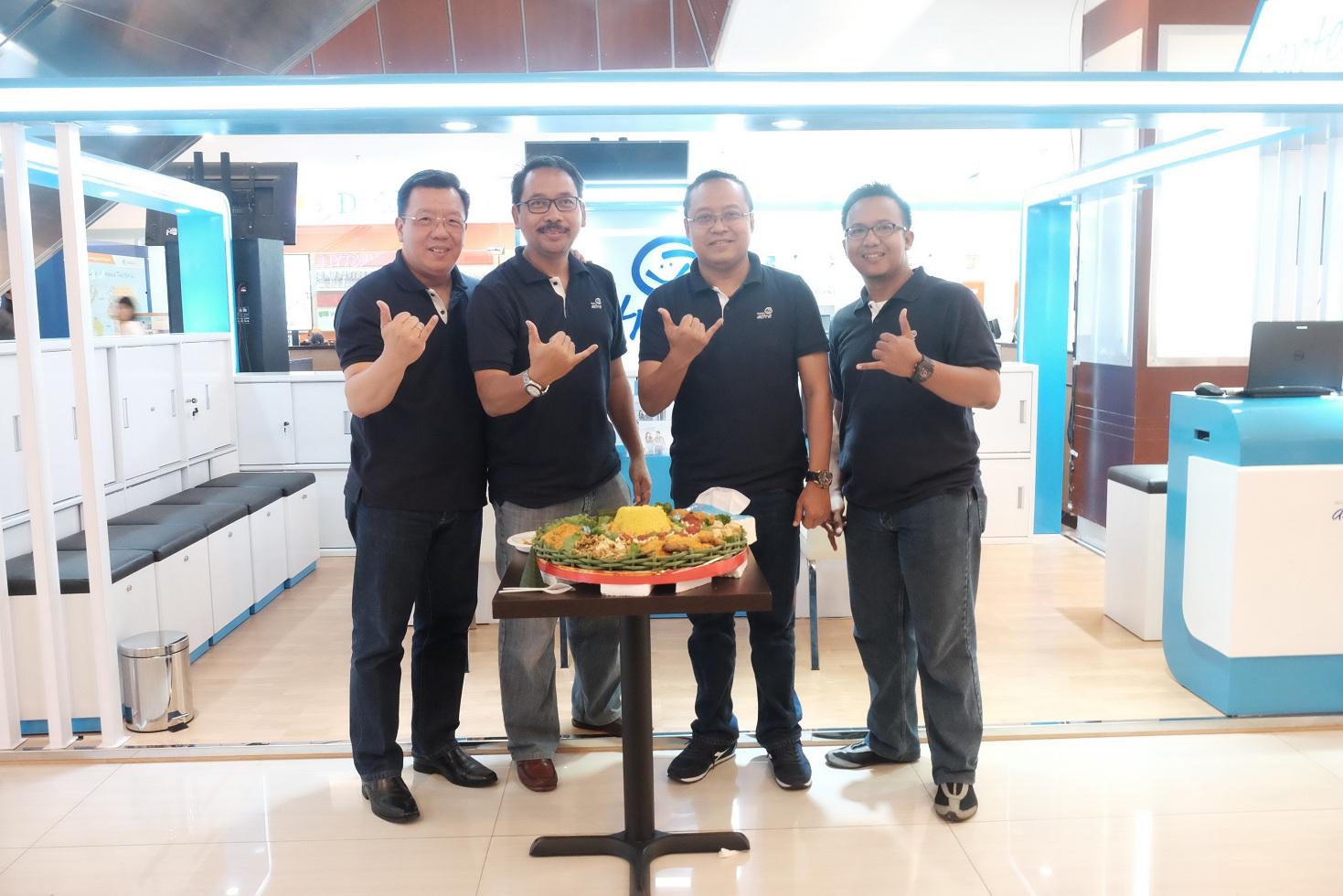 Chief Marketing Officer Retail Business Asuransi Astra - Gunawan Salim (kiri) beserta manajemen Asuransi Astra pada saat pembukaan Garda Center Pontianak
