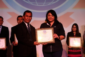 Chief Corporate Services Officer Asuransi Astra, Ida R. M. Sigalingging (kanan) menerima CCSE Award 2017