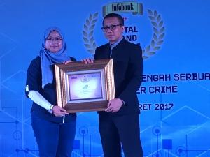Lusi Liesdiani (SVP Digital Channel Asuransi Astra) secara menerima Infobank Digital Brand Award 2017