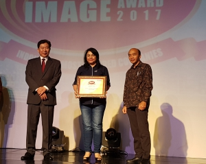 da R. M. Sigalingging menerima penghargaan Corporate Image Award 2017
