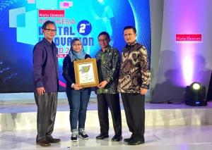 Lusi Liesdiani selaku SVP Digital Channel Asuransi Astra (kedua dari kiri) menerima penghargaan Digital Innovation Award 2017