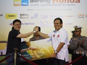 Penyerahan 3.000 unit perlindungan Asuransi Personal Accident untuk peserta mudik bareng Honda secara simbolis dari CEO Asuransi Astra, Rudy Chen (kiri) kepada Direktur Astra Honda Motor, Thomas Wijaya (kanan)