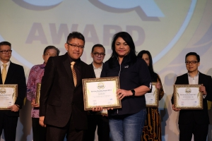 Ida R. M. Sigalinging, Chief Corporate Services Officer Asuransi Astra menerima Service Quality Award 2017