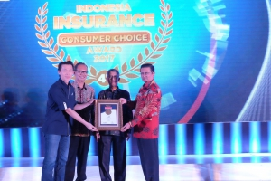 Adrianto, SVP Business Management Asuransi Astra (kiri) menerima penghargaan Indonesia Insurance Consumer Choice Award 2017