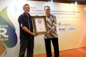 L. Iwan Pranoto (Head of Communication & Event Asuransi Astra) saat menerima penghargaan sebagai PR Manager of The Year dari Majalah MIX