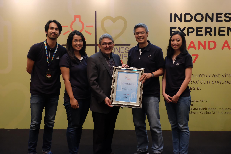 L. Iwan Pranoto, Head of Communication and Event Asuransi Astra (kedua dari kanan) bersama project team #BerkahSenyum menerima penghargaan Indonesia Most Experiential Brand Activation