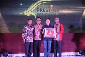 Adrianto selaku SVP Business Management Asuransi Astra (kedua dari kanan) berkesempatan menerima Indonesia Prestige Brand 2018