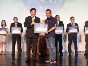 Chief Marketing Officer Retail Business Asuransi Astra, Gunawan Salim (kanan) menerima penghargaan Top Brand