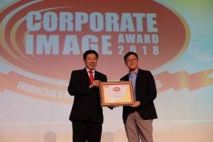 Rudy Chen, CEO Asuransi Astra (kanan) menerima penghargaan Corporate Image Awards 2018