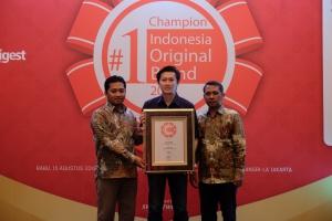 SVP Business Management Asuransi Astra, Adrianto (tengah) saat menerima Indonesia Original Brands 2018.