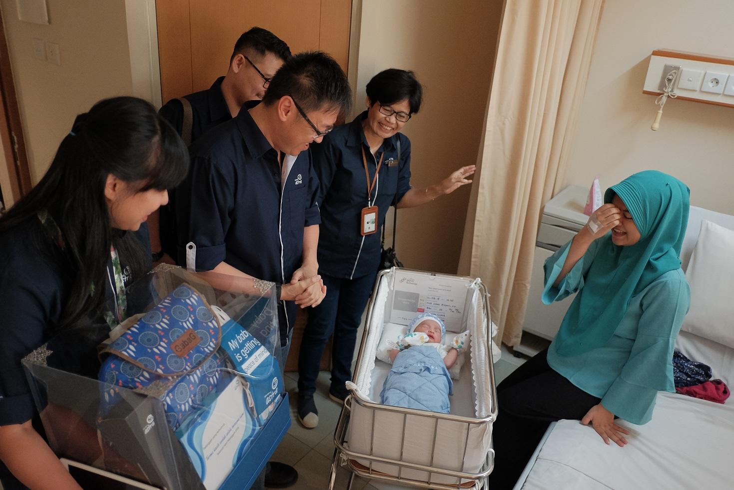 CEO Asuransi Astra, Rudy Chen saat mengunjungi peserta Garda Medika yang baru saja melahirkan di tanggal 12 September 2018.