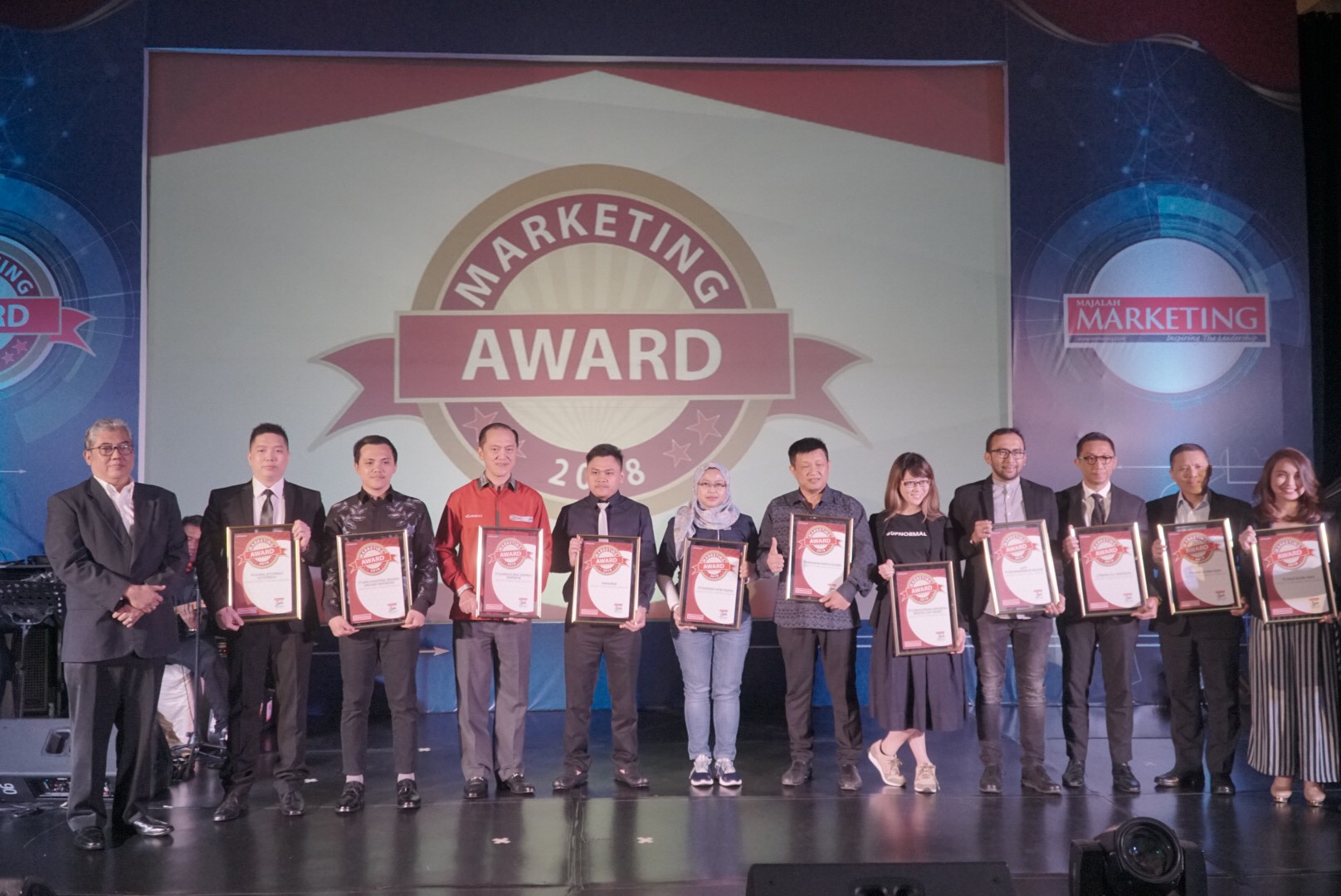 SVP Digital Channel Asuransi Astra, Lusi Liesdiani saat menerima Indonesia Mobile Application Best Choice Award 2018.