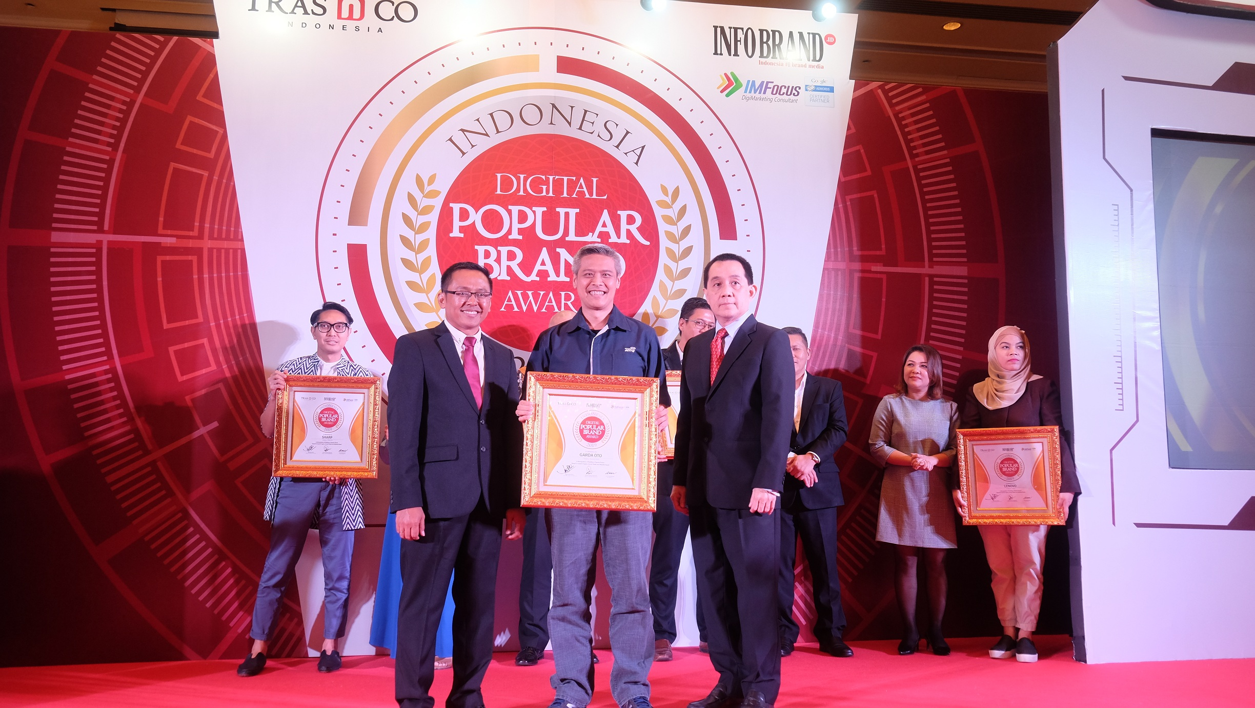 VP Communication, Event, & Service Management Asuransi Astra, L. Iwan Pranoto (tengah) saat menerima pengahargaan Indonesia Digital Popular Brand Award 2019.