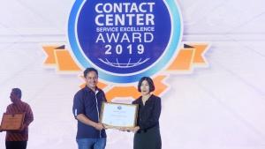 VP Health Operation Asuransi Astra, Bobby Ardi (kiri) saat menerima penghargaan Contact Center Service Excellence Award 2019