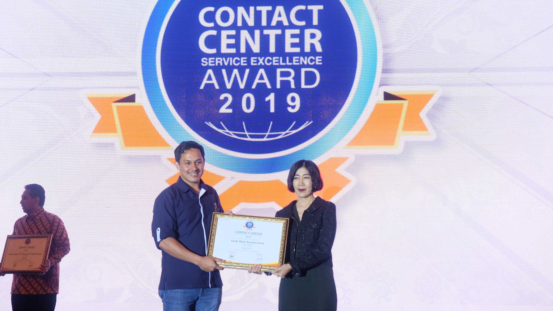 VP Health Operation Asuransi Astra, Bobby Ardi (kiri) saat menerima penghargaan Contact Center Service Excellence Award 2019