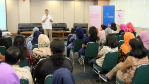 Dokter Garda Medika Asuransi Astra, dr. Doddy Permadi saat menjelaskan cara mendeteksi kanker payudara kepada karyawan Permata Bank Bintaro.