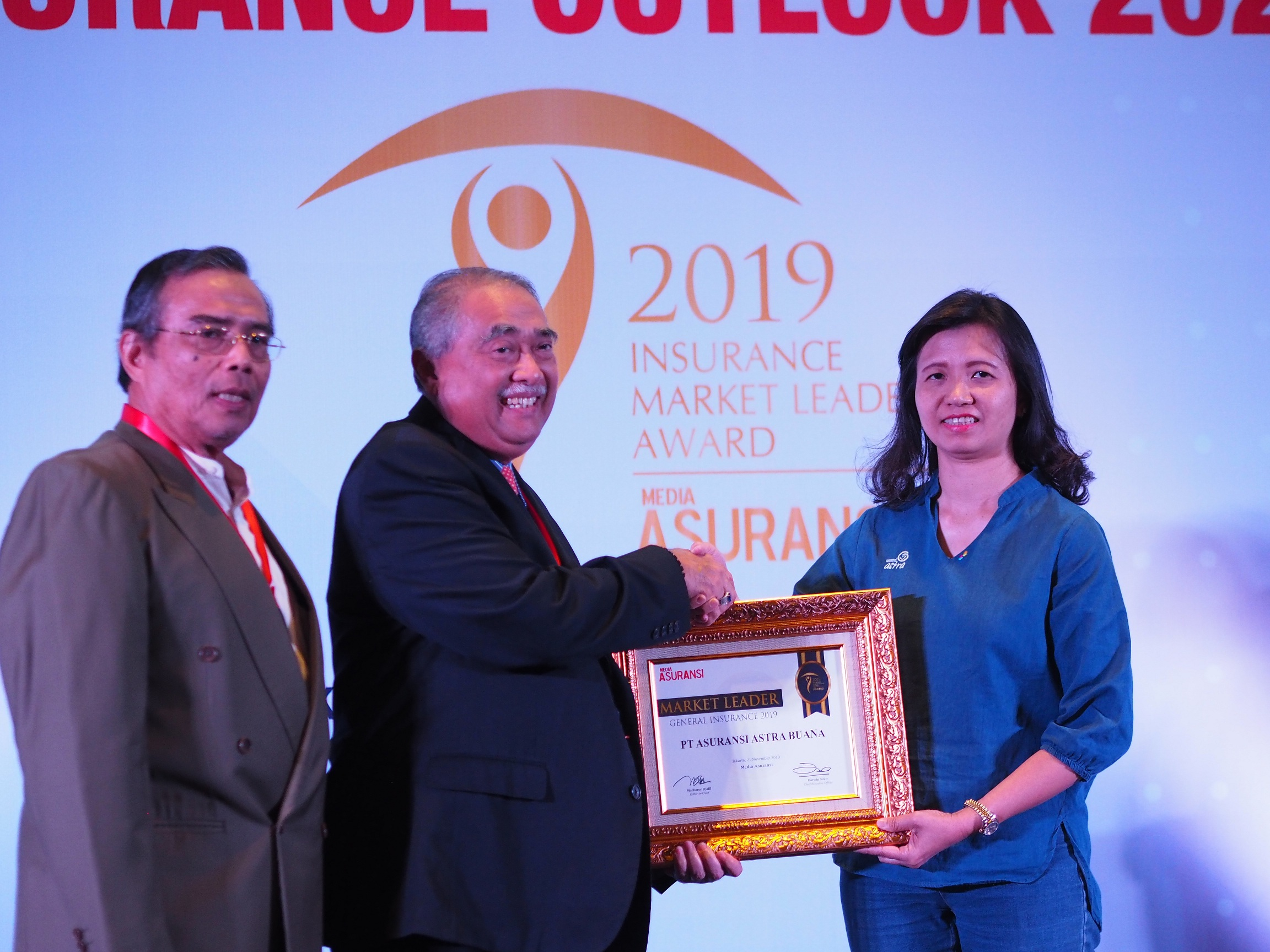 SVP Accounting & Finance Asuransi Astra, Lia Singgih (kanan) saat menerima penghargaan