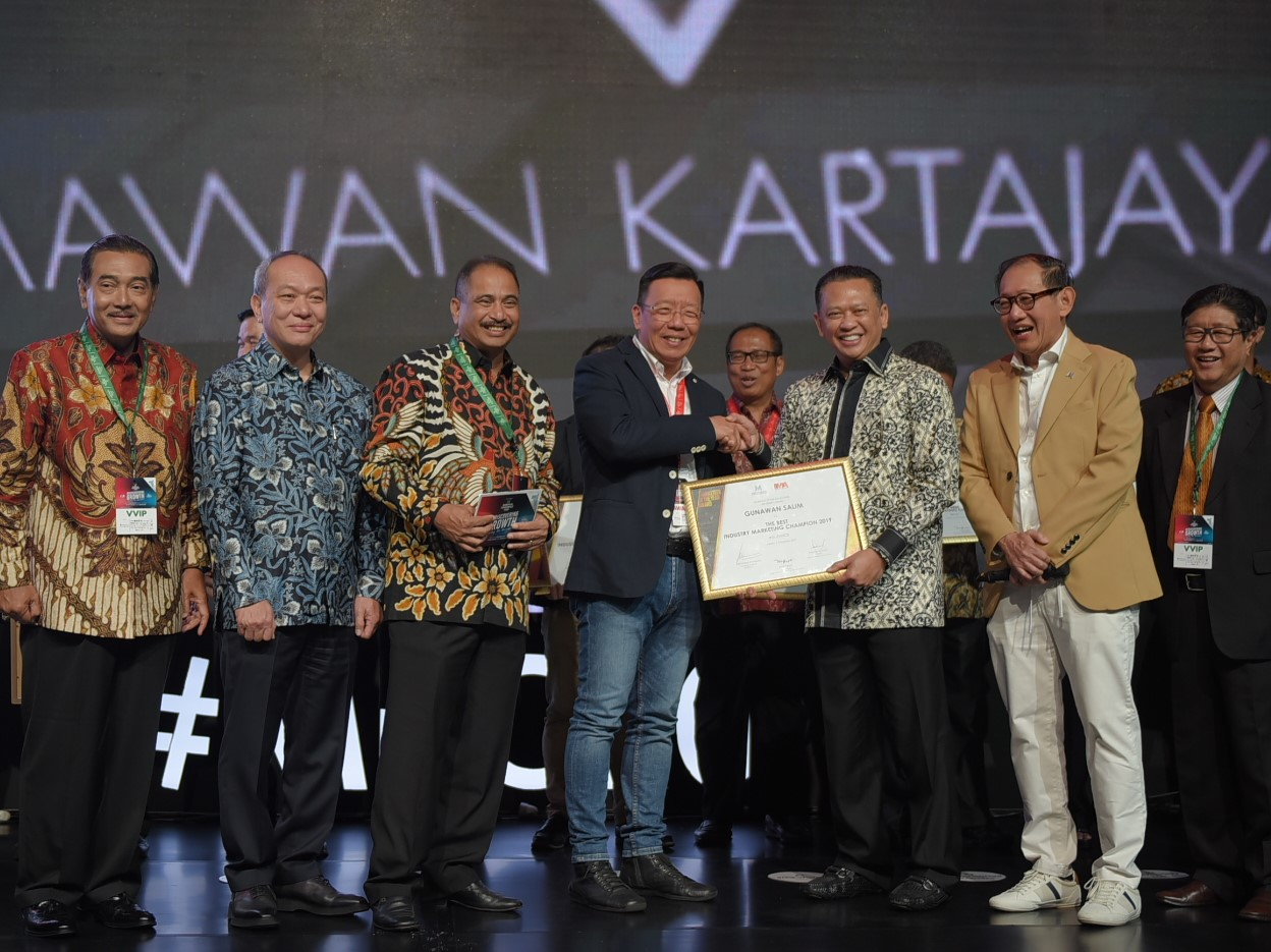 Chief Marketing Officer – Retail Business Asuransi Astra, Gunawan Salim (keempat kiri) saat menerima penghargaan Marketeer of The Year.