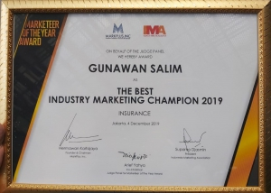 SVP Corporate Secretary, Compliance, & Risk Management Asuransi Astra, Eddy Ismanto (kanan) saat menerima penghargaan Marketeers Editor's Choice of The Year.