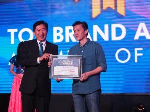 SVP Business Management Asuransi Astra, Adrianto (kanan) saat menerima Top Brand Award 2020