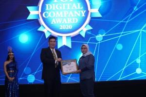 SVP Digital Channel Asuransi Astra, Lusi Liesdiani saat menerima Top Digital Company Award 2020