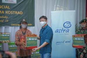 CEO Asuransi Astra, Rudy Chen (kanan) saat memberikan paket sembako kepada perwakilan warga yang hadir.