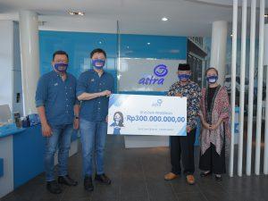 CEO Asuransi Astra, Rudy Chen (kedua kiri) didampingi Chief Marketing Officer – Retail Business Asuransi Astra, Gunawan Salim (kiri) menyerahkan donasi beasiswa pendidikan senilai Rp300juta secara simbolis kepada Ketua dan Bendahara Yayasan Sana Dharma, Drs. Anang Suparman (kedua kanan) dan Farlia Damayanti (kanan).