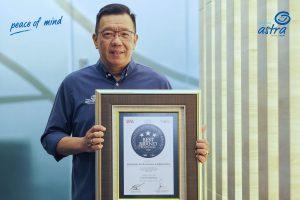 Chief Marketing Officer – Retail Business Asuransi Astra, Gunawan Salim menerima penghargaan Indonesia Best Brand Award 2020