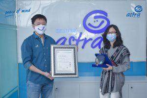 CEO Asuransi Astra Rudy Chen menerima sertifikasi standar internasional ISO 27001:2013 yang diberikan oleh President Director CBQA Global Yessiva.