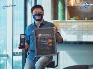 CEO Asuransi Astra Rudy Chen menerima penghargaan piala Marketeers Editor's Choice Award 2020