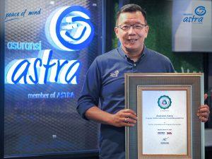 Chief Marketing Officer – Retail Business Asuransi Astra, Gunawan Salim, menerima penghargaan Indonesia PR of The Year 2021 untuk Media Gathering #SimplyMemorableTrip