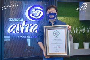 Rudy Chen, CEO Asuransi Astra, bersama dengan sertifikat penghargaan Indonesia PR of The Year 2021 untuk social campaign #MaskerTemanTuli