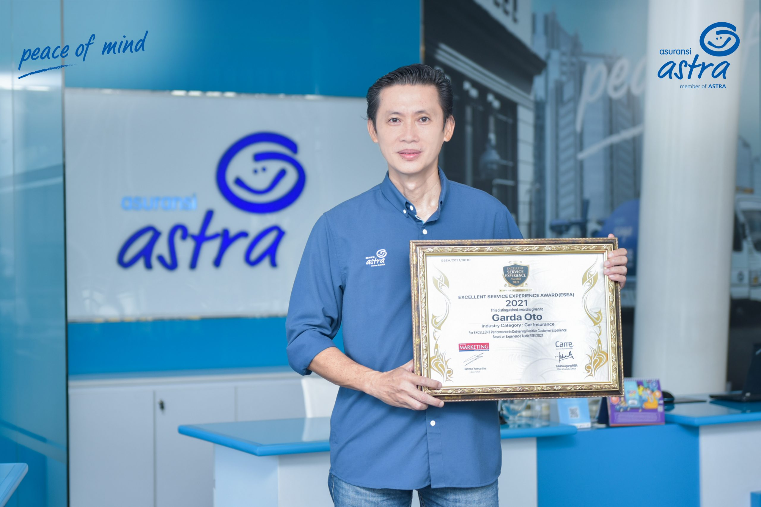 Adrianto Tjia, SVP Business Management menerima penghargaan Excellent Service Experience Award (ESEA) dari Majalah Marketing